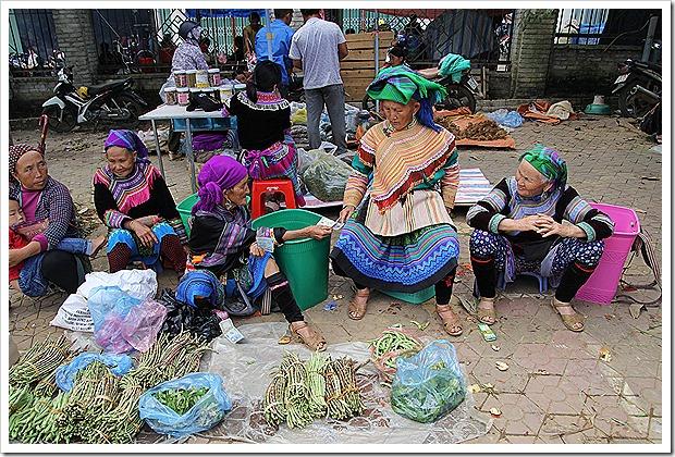 少数民族が集まるバックハーのサンデーマーケット